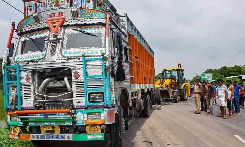 One dies as two lorries collide in Mahabubabad