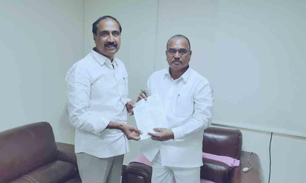 Supply sufficient urea to Jagtial: MLA Sanjay Kumar