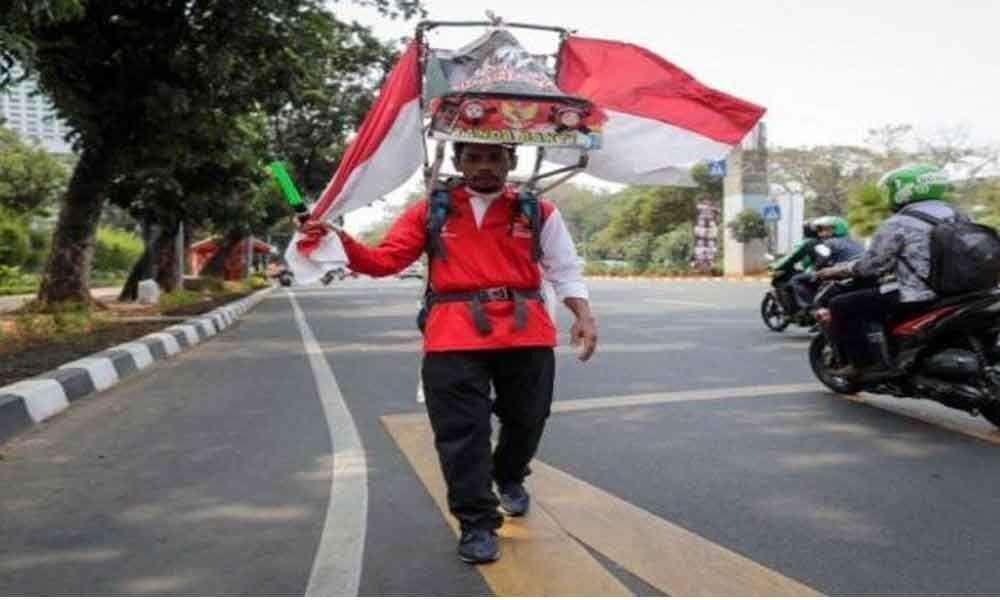 Man walks 800 km backwards to save forest