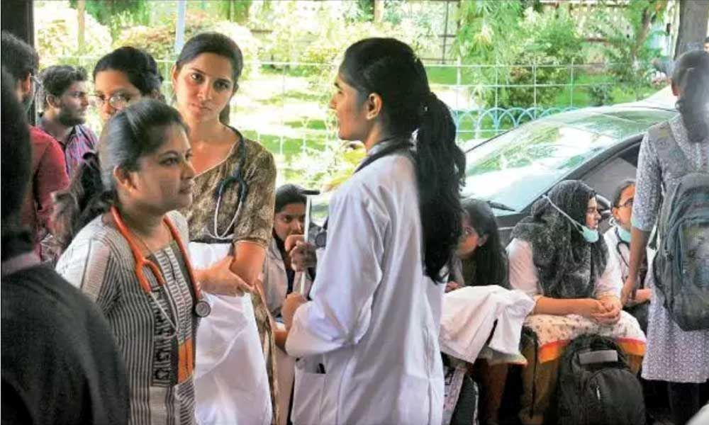 Niloufer doctors attacked at Hospital, guards play spectator role