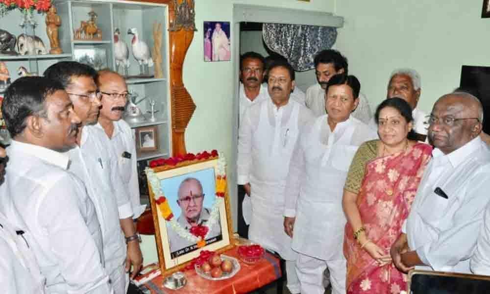 Nizamabad: Shabbir Ali consoles MLC Akula Lalitha