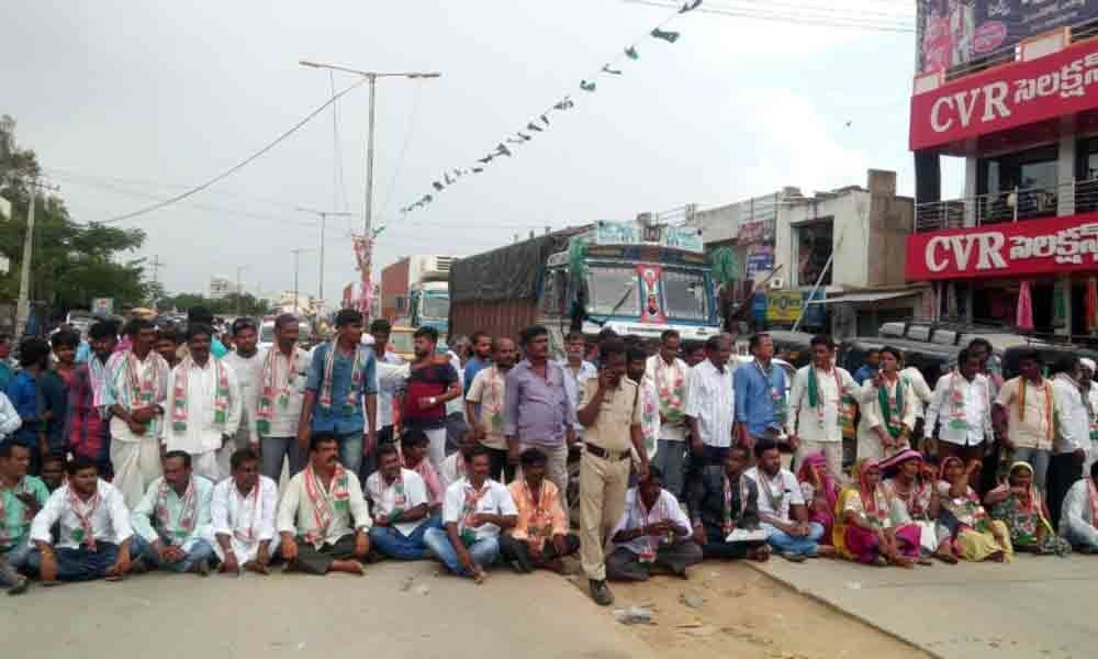 Farmers stage rasta roko against urea shortage in Kamareddy