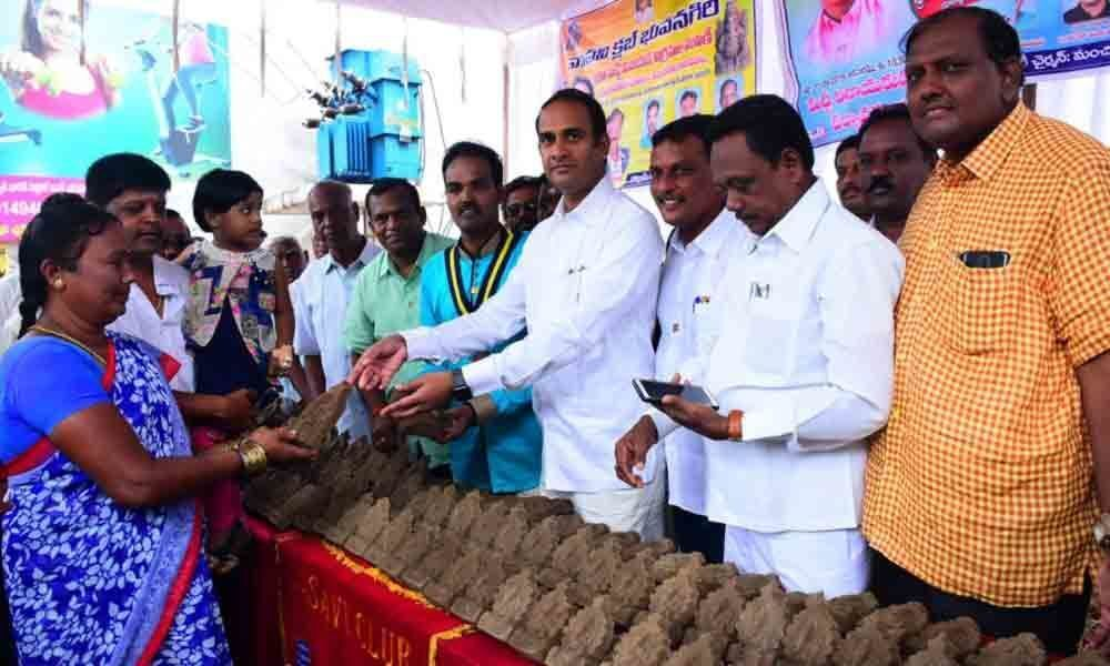 Suryapet: Clay Ganesh idols distributed to devotees
