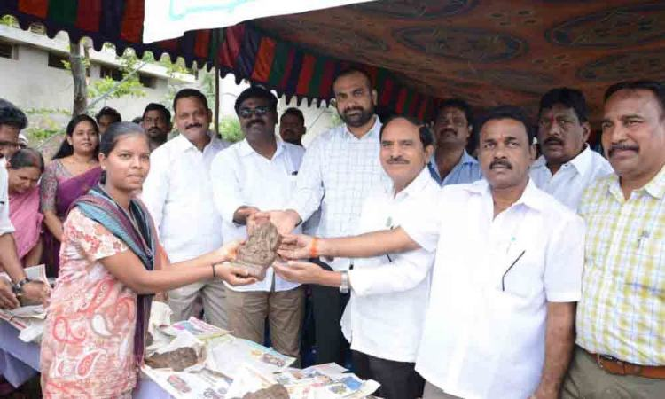MLA, Collector distribute over 1,000 clay idols in Khammam