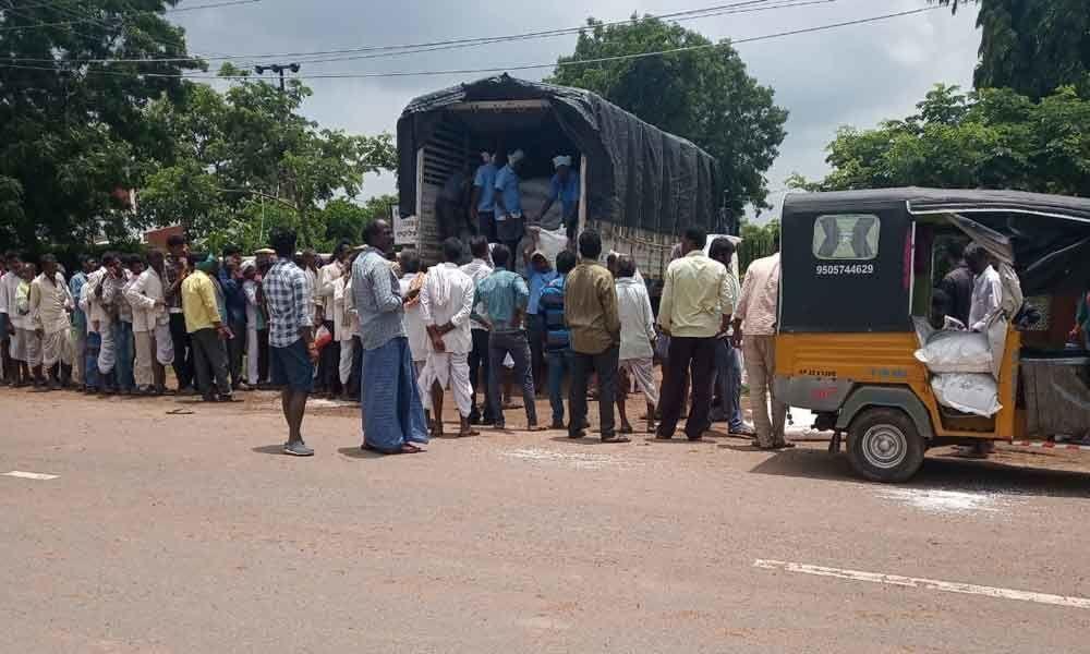 Farmers going to Maharashtra for urea