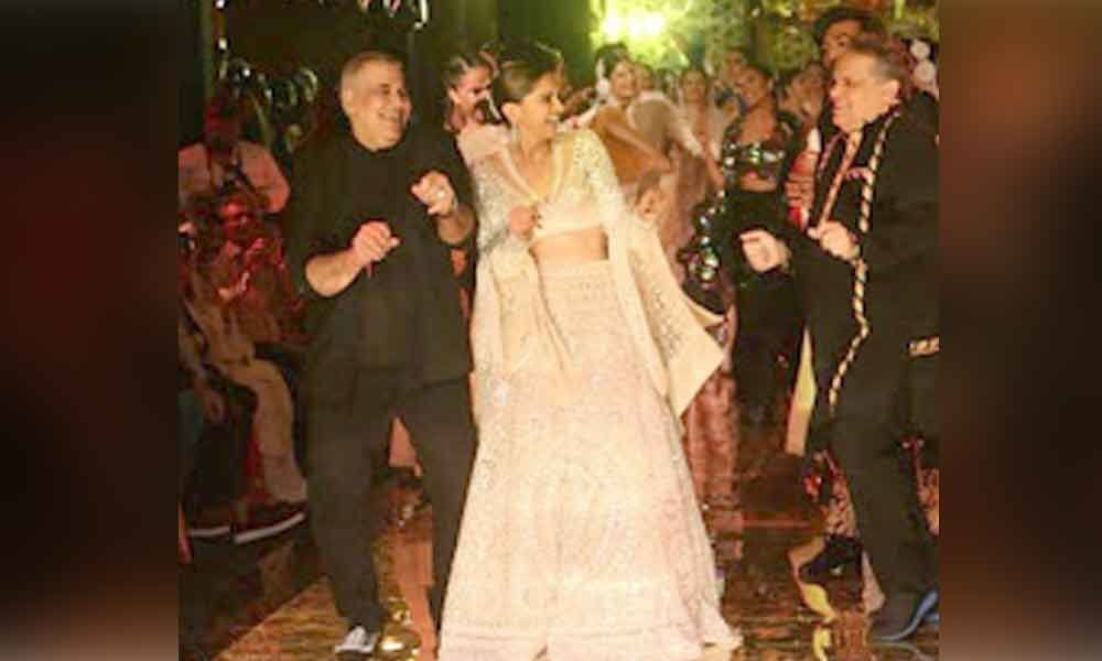 Deepika Padukone proves it again by breaking into an impromptu dance at Abu Jani & sandeep Khosla show