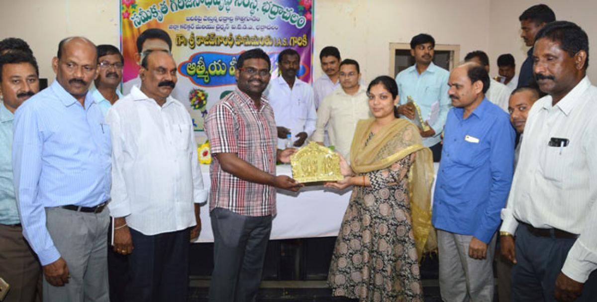 Officials felicitate outgoing Collector Hanumanthu