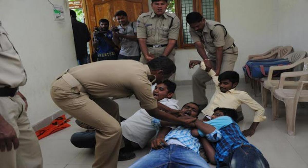 Akhil Bharatiya Vidyarthi Parishad protests against schools  collecting excess exam fee
