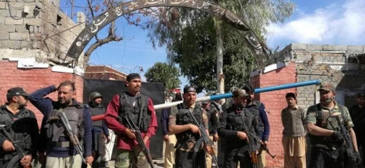 Suicide bombers in Pakistan kill five in attack on court