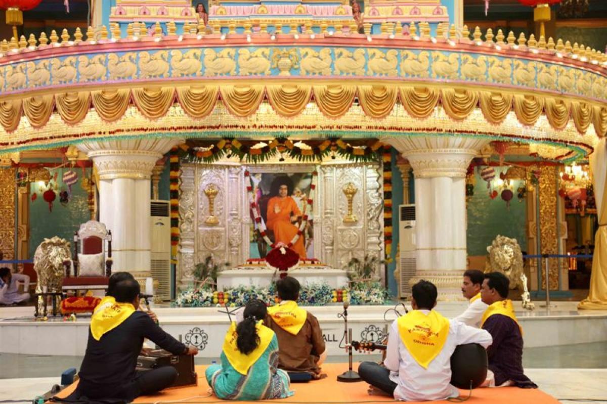 Photos: Parthi Yathra by Odisha Devotees at Prasanthi Nilayam