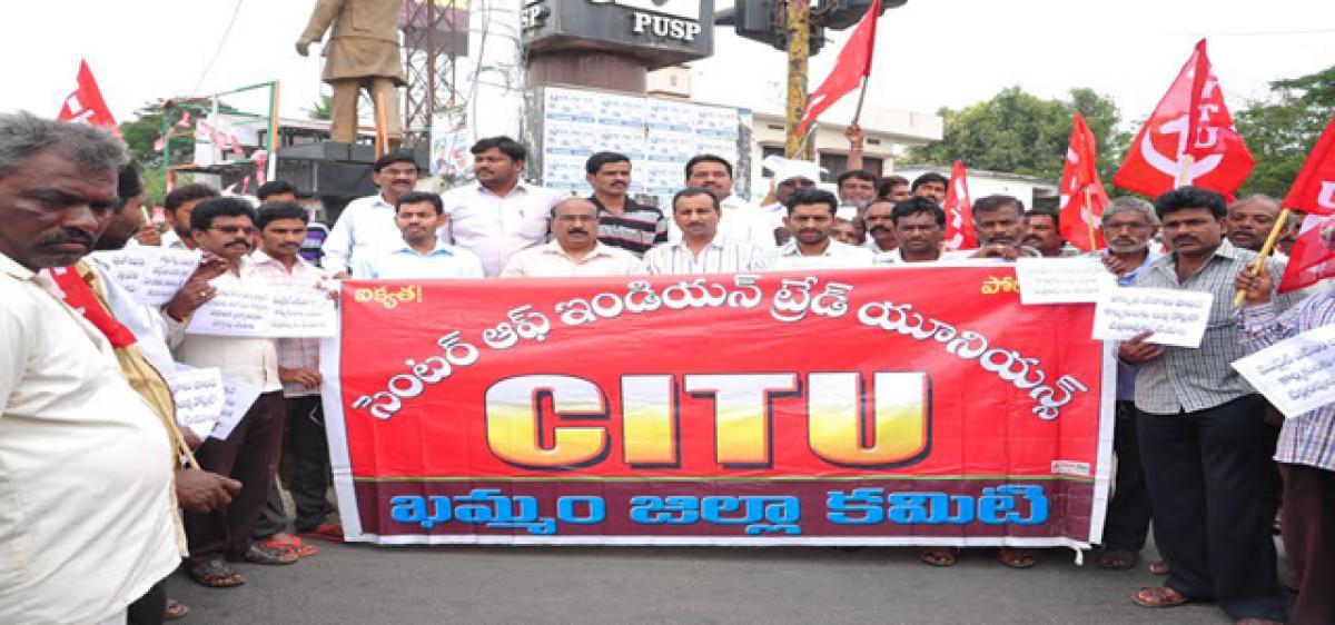 Irate crowds break bank's main gate