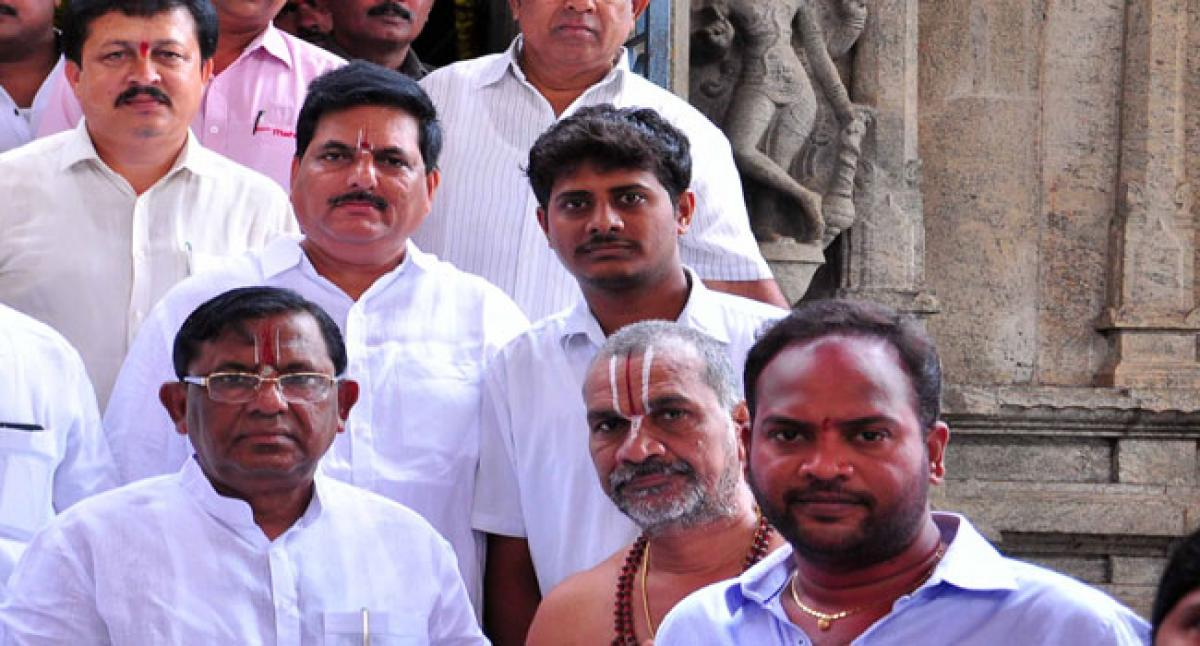 MP offers prayers atLord Rama temple