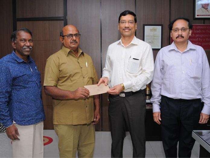 Bus conductor rewarded for bravery in Vijayawada