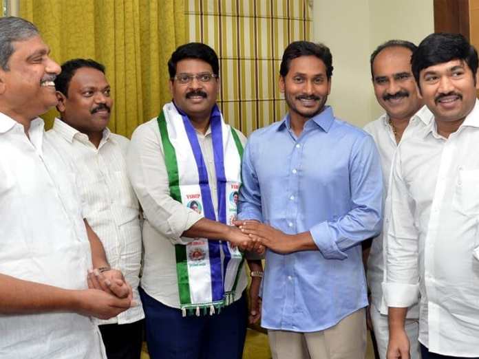 Maddisetty joins YSRCP