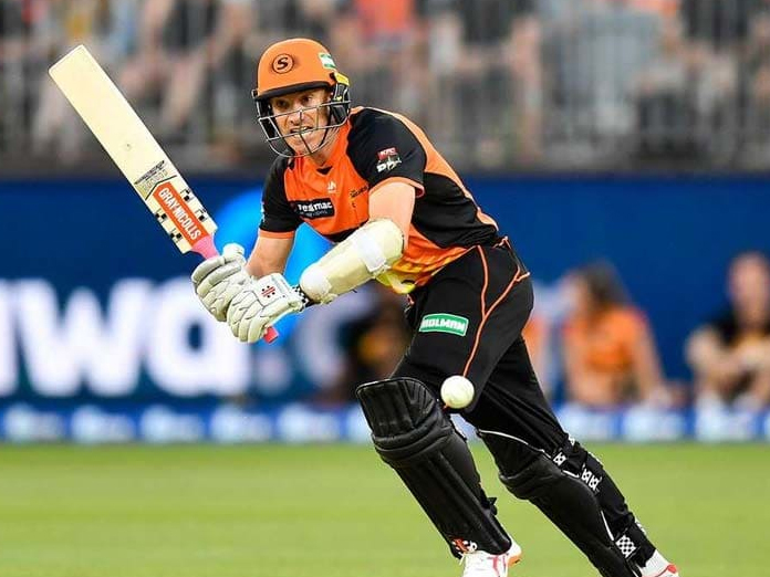 Michael Klinger dismissed on seventh ball of over as umpires lose count of deliveries