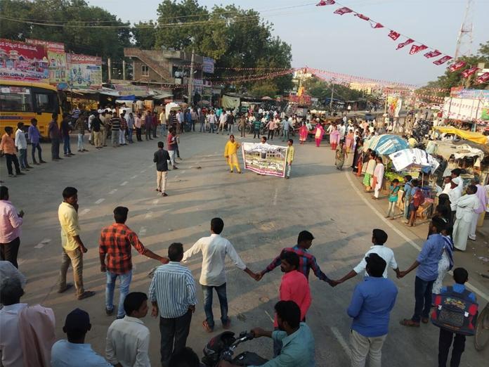 Model college students agitate for facilities at Yerragondapalem