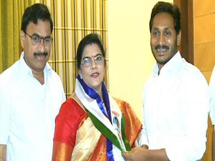 Ex-Minister Killi Krupa Rani joins YSRCP