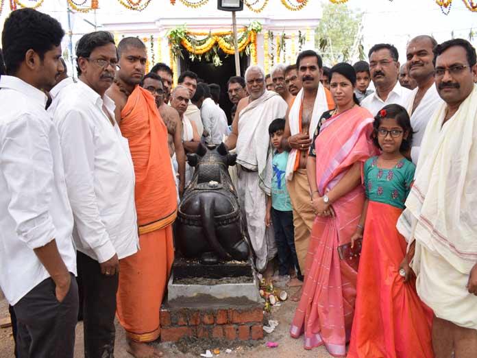 Corporator prays at Lord Shiva temple