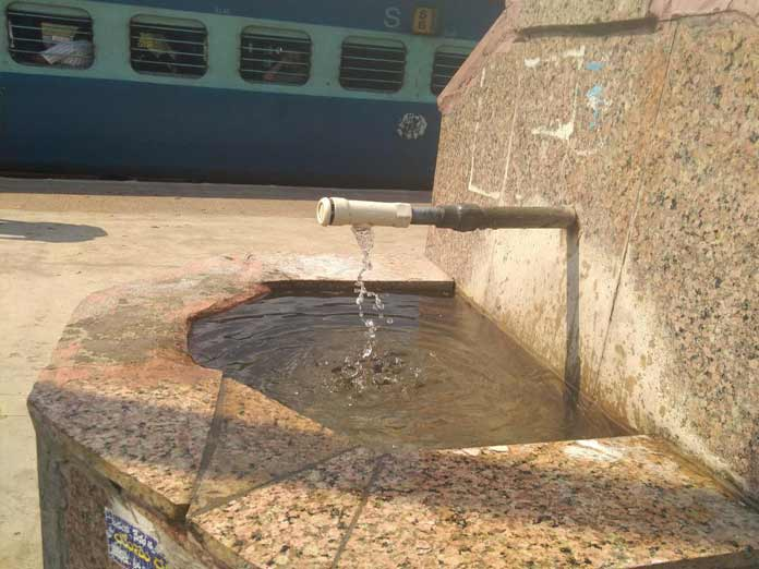 Precious water goes waste at rly station