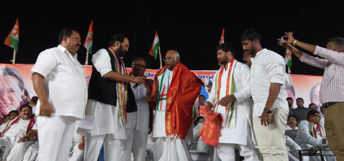 Uttam jeers at TRS Gulabi coolie campaign