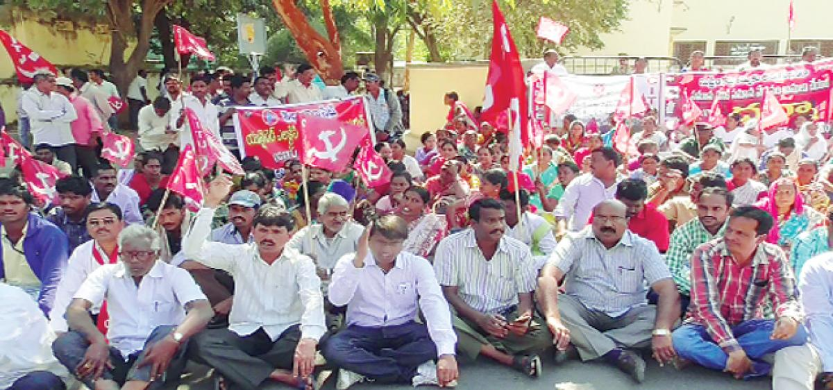 CITU lays siege to Collectorate