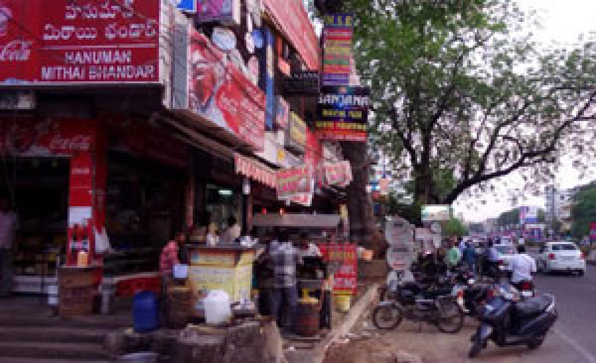 Traffic goes haywire in tri-cities as traders occupy footpaths