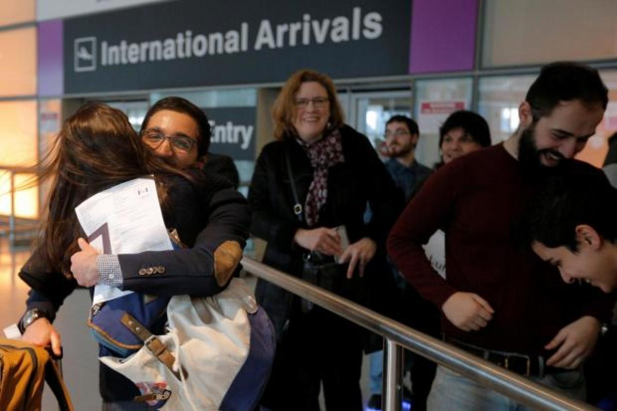 Visa holders rush to board flights as Trumps travel ban blocked temporarily