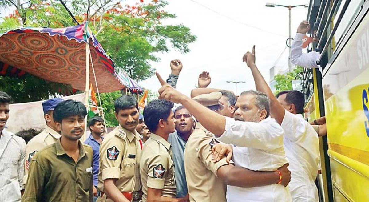 Police foil Congress dharna
