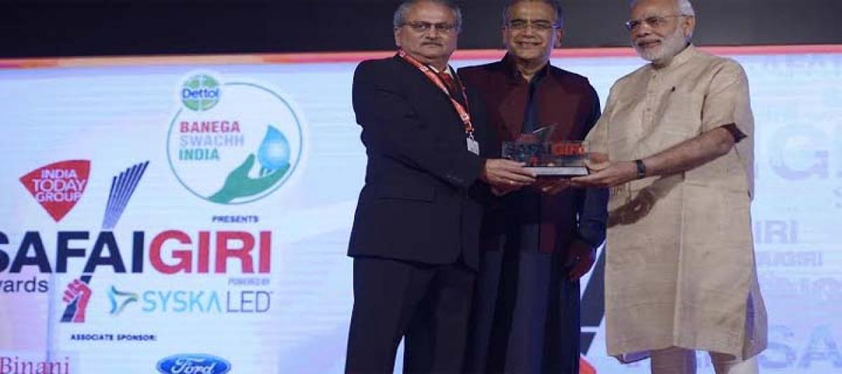 Prime Minister Modi presents Garbage Guru Award to Mailhem Ikos at Safaigiri Awards 2015