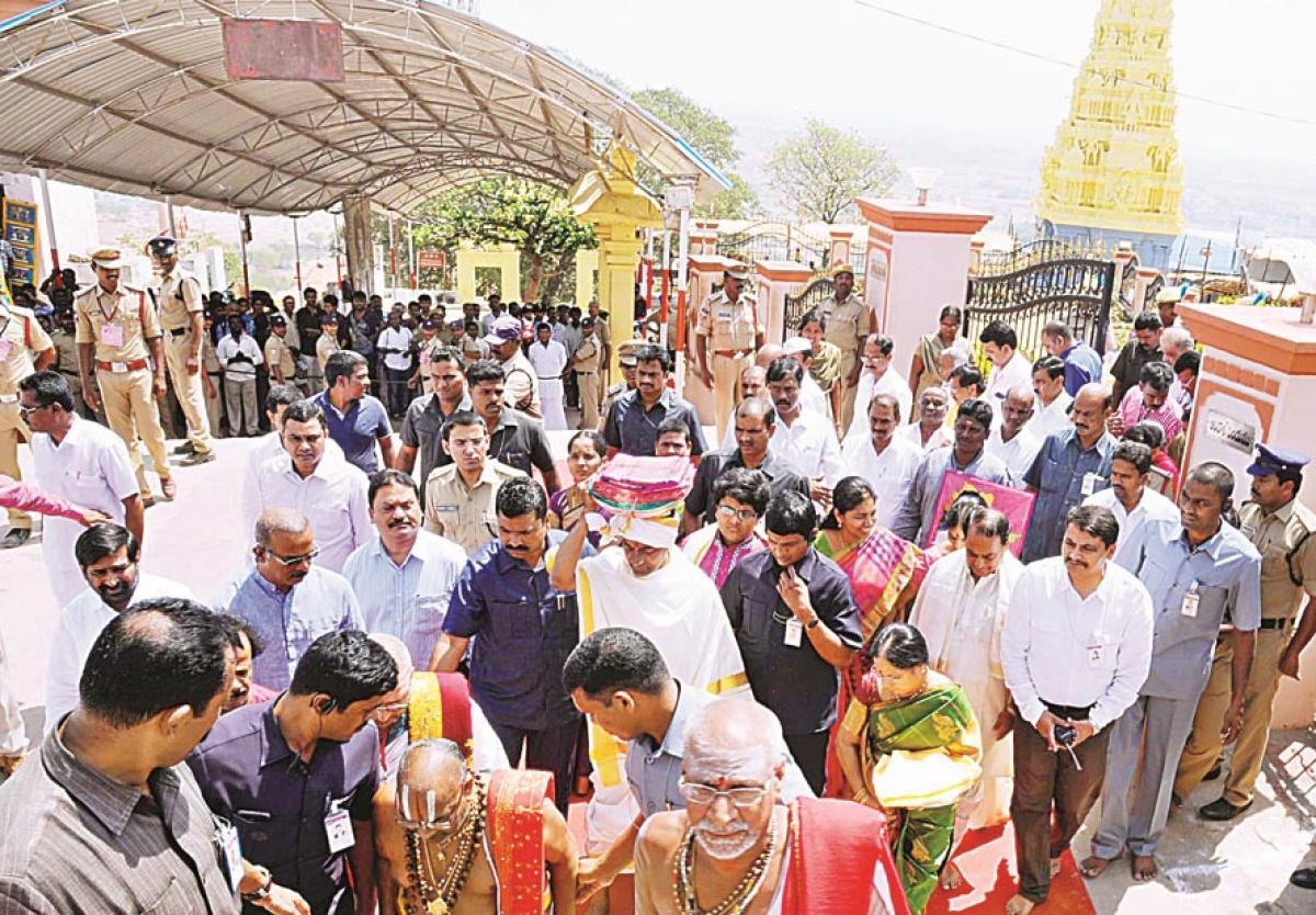 KCR presents silk robes to Yadadri Lord