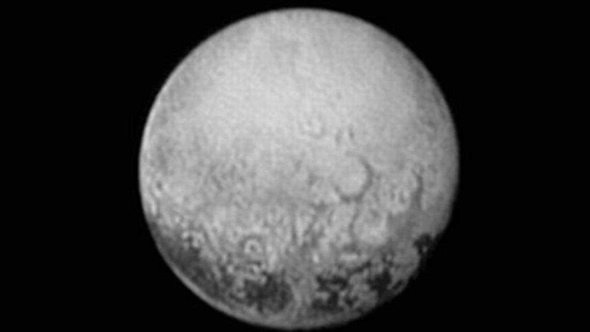 Pluto plain resembles frozen mud cracks on Earth