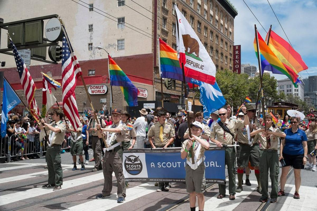 US Boy Scouts end ban on gay leaders