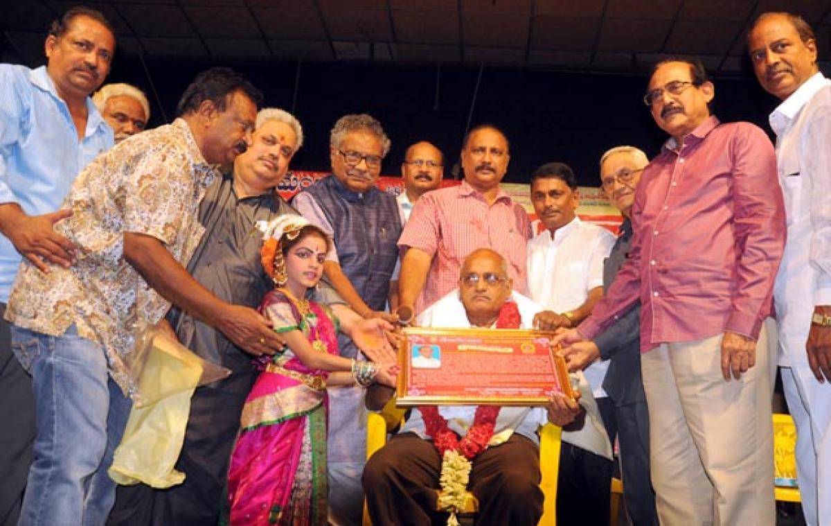Stage actor Prasad bags Jandhyala Award