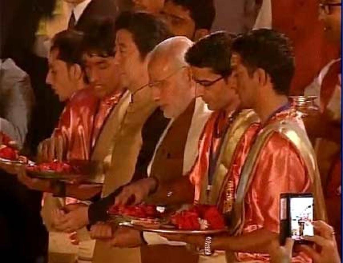 PM Modi, Abe perform Ganga Aarti at Varanasis Dashashwamedh Ghat