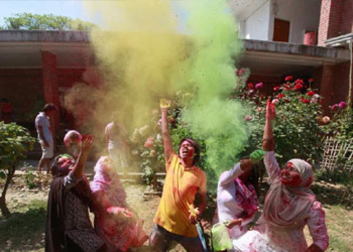 Hindus, Muslims in Bangladesh celebrate Holi