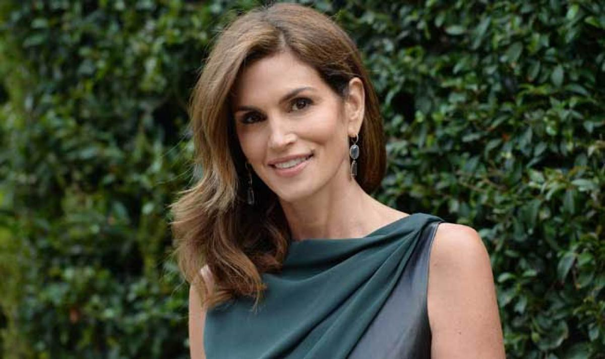 How to strike a perfect pose the Cindy Crawford way?
