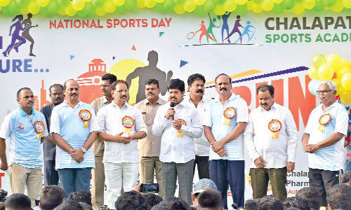 Minister Kollu Ravindra flags off 7K Run on the occasion of National Sports Day in Guntur