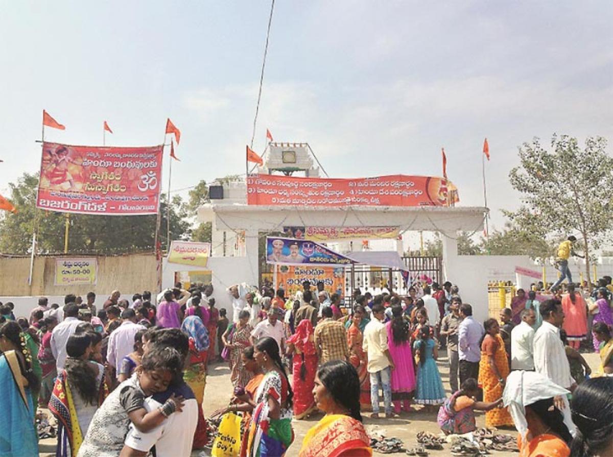 Scores of devotees throng Sammakka Saralamma Jatara