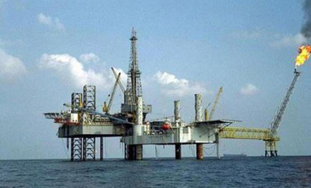Oil prices edge up as US drilling declines