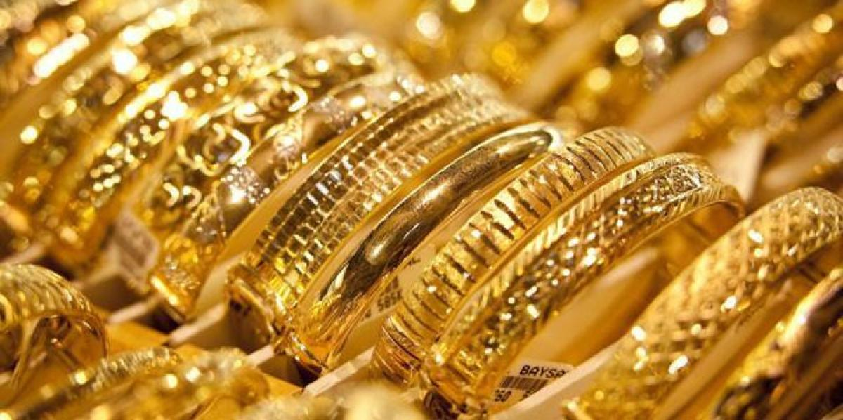Gold struggles near 6-year low on US rate hike view