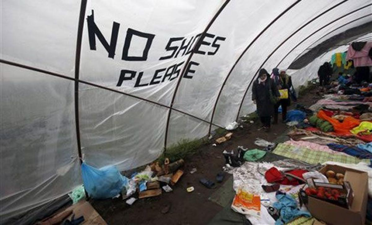 Video shows refugees fed like animals in pen in Hungary camp