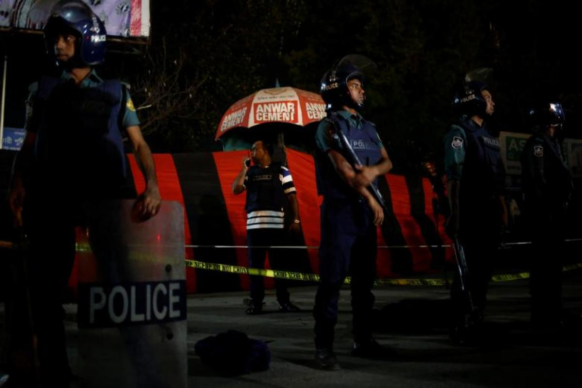 IS suicide bomber blows himself up near Dhaka airport