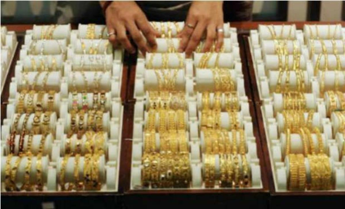 Gold extends losses, down by Rs 190 on global cues, low demand