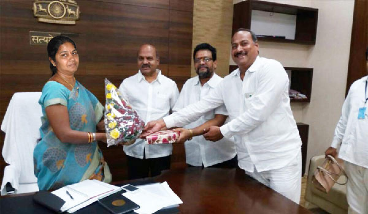 CREDAI representatives greet In-Charge Commissioner