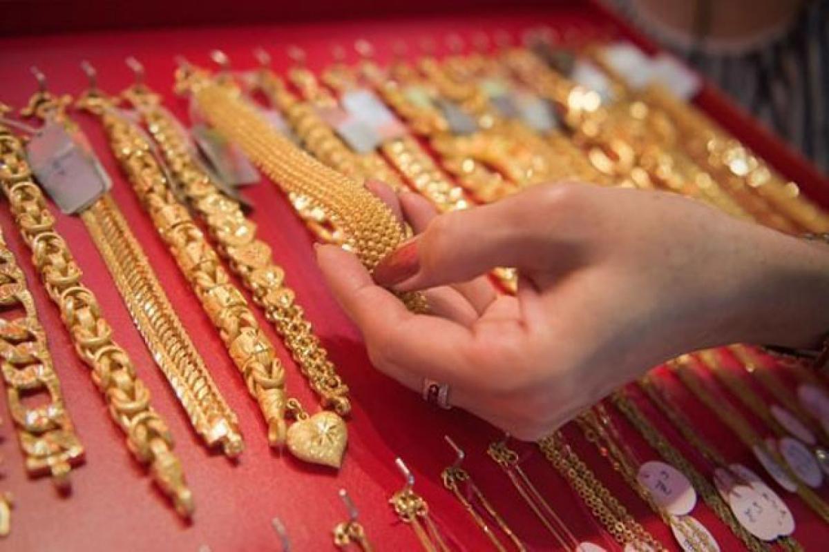 Gold falls on sluggish demand