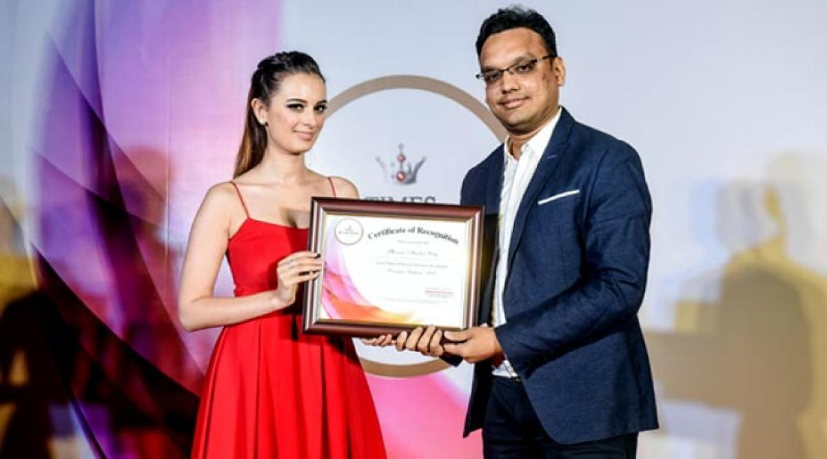 Evelyn Sharma presents Times Retail Icon Award to Mayank Lalpuria for Most promising shopping Mall of the Year - Phoenix Marketcity, Kurla