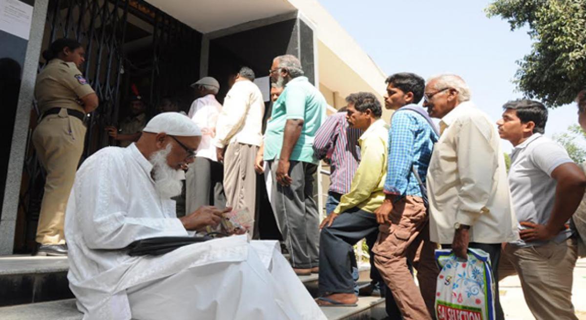Banks choke as hoi polloi throng to exchange notes
