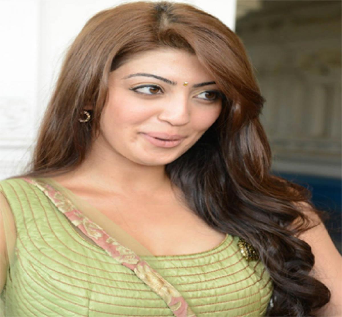 Pranitha in awe of dynamite Kajal