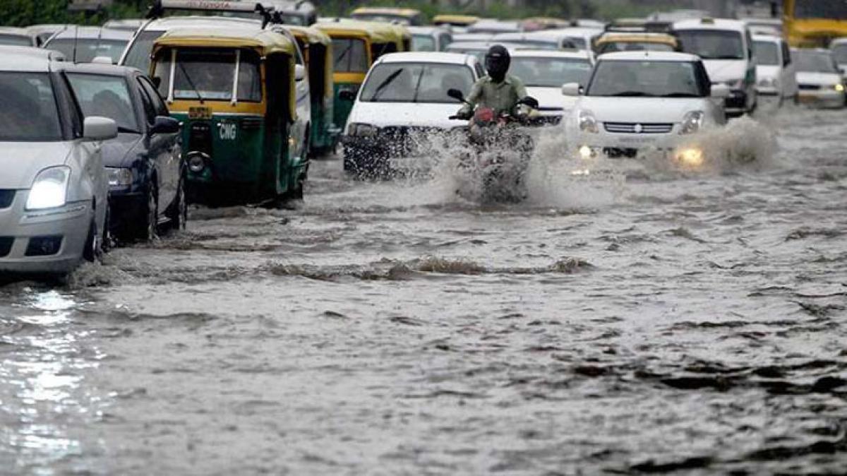 Heavy rains hit traffic in Delhi