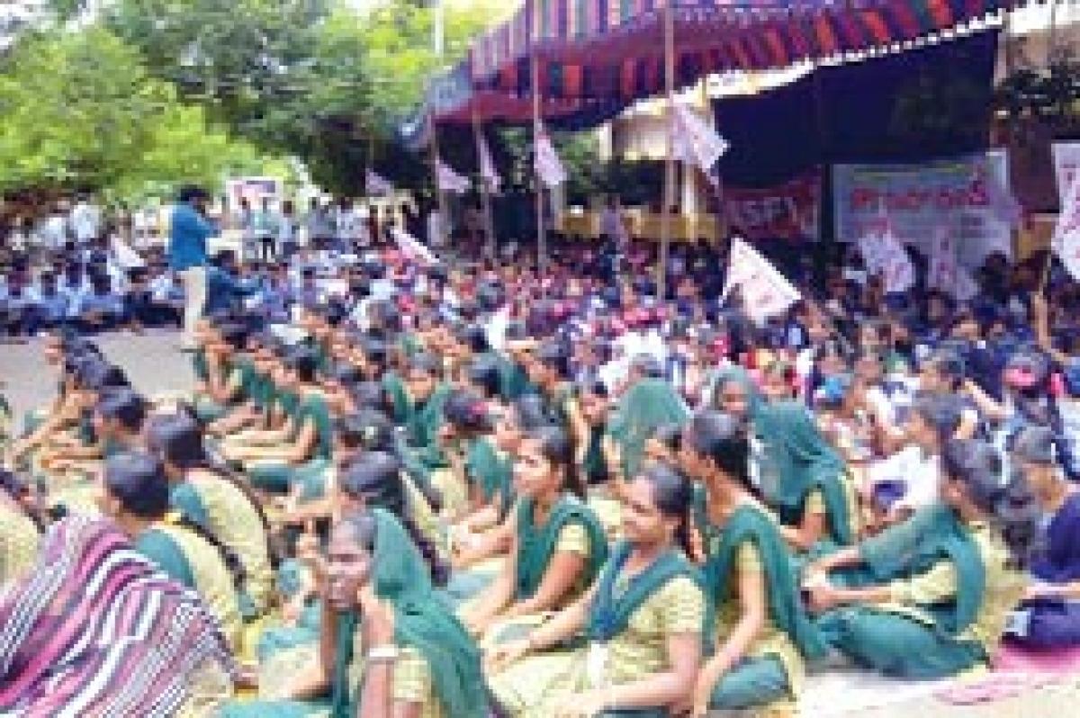 SFI activists protest against closure of welfare hostels